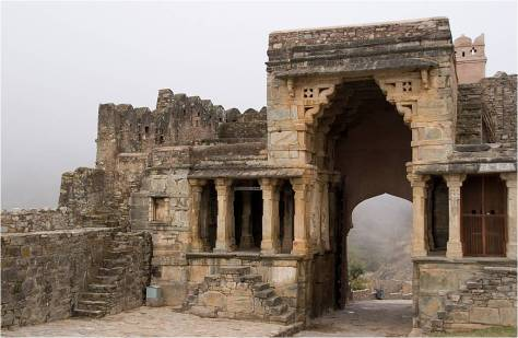 BHARAT DARSHAN - THE GREAT FORT AND ITS WALL IN KUMBHALGARH, RAJASTHAN.