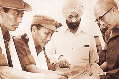 Ratu Ngawang (far left), former brigadier of Establishment 22, escorted the Dalai Lama (right) on his way to India in 1959. Seen here with Sujan Singh Uban (2nd from right), the first inspector-general of the regiment, in Chakrata, 1972.